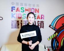 小蛋面儿助威中国国际时装周 何婕秀出中国童